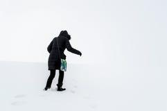 Frau, die auf einem schneebedeckten Gebiet geht Stockfoto