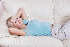 Frau, die auf einem Sofa stillsteht Stockfoto