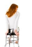 Frau, die auf einem Stabstuhl sitzt Lizenzfreie Stockfotos