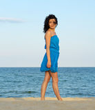 Frau, die auf einem Strand aufwirft stockfoto
