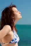 Frau, die auf einem Strand ein Sonnenbad nimmt Stockfotos