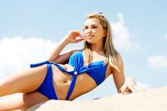 Frau, die auf einem Strand liegt Lizenzfreies Stockfoto