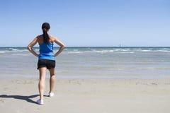 Frau, die auf einem Strand trainiert lizenzfreies stockbild