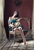 Frau, die auf einem Stuhl sitzt stockfotos