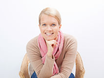Frau, die auf einem Stuhl sitzt Stockfotografie