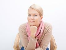 Frau, die auf einem Stuhl sitzt Stockbilder