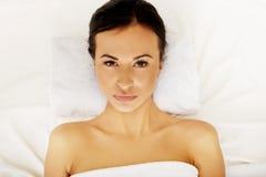 Frau, die auf einem Tuch im Badekurort liegt Stockfoto