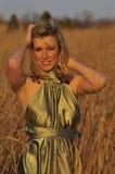 Frau, die auf einem Weizengebiet steht Lizenzfreies Stockfoto