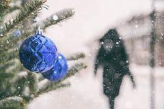 Frau, die auf einen Bürgersteig in Montreal während eines Schneesturmes geht Lizenzfreies Stockfoto