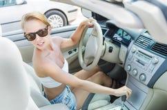 Frau, die auf einen Parkplatz antreibt Lizenzfreies Stockbild