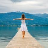 Frau, die auf einen Pier geht Lizenzfreie Stockbilder
