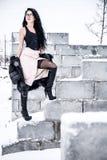 Frau, die auf einer Backsteinmauer bleibt Stockfotos