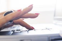 Frau, die auf einer Computertastatur schreibt Stockfoto