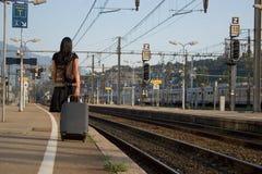 Frau, die auf einer Reise verlässt Lizenzfreie Stockbilder