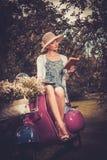 Frau, die auf einer Retro- Rolle sitzt Lizenzfreies Stockfoto
