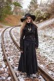 Frau, die auf Eisenbahnlinien geht Stockbild