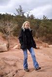 Frau, die auf Felsen geht Stockfotografie