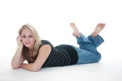 Frau, die auf Fußboden legt Stockfoto
