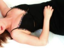 Frau, die auf Fußboden sich entspannt lizenzfreie stockbilder