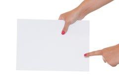 Frau, die auf getrenntes Papier zeigt Lizenzfreie Stockfotos