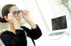 Frau, die auf Gläser sich setzt Lizenzfreie Stockfotografie