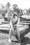 Frau, die auf Grab sitzt Lizenzfreie Stockfotos