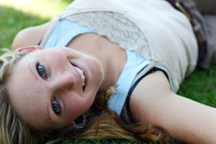Frau, die auf Gras liegt stockfoto