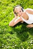 Frau, die auf Gras liegt Stockfotografie