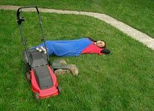 Frau, die auf Gras schläft Stockfotos
