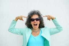 Frau, die auf Grey Hair zeigt Lizenzfreie Stockfotos