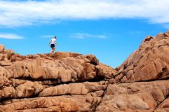 Frau, die auf großartigen Felsen wandert lizenzfreie stockfotos