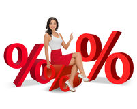 Frau, die auf großem rotem Prozentzeichen sitzt Stockfotos