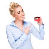 Frau, die auf Gutschrift oder Mitgliedskarte zeigt lizenzfreie stockbilder