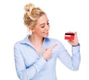 Frau, die auf Gutschrift oder Mitgliedskarte zeigt Stockfoto