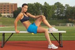 Frau, die auf Gymnastik-Bank sich entspannt Lizenzfreie Stockfotografie