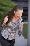 Frau, die auf Handy schreit Lizenzfreie Stockfotos
