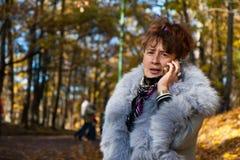 Frau, die auf Handy spricht Stockfotografie