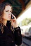 Frau, die auf Handy spricht Lizenzfreies Stockbild
