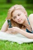 Frau, die auf Handy texting ist Lizenzfreies Stockbild