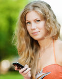 Frau, die auf Handy texting ist Stockfotos