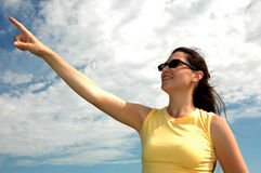 Frau, die auf Himmel zeigt Stockfotografie