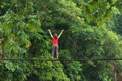 Frau, die auf Holzbrücke sich entspannt Lizenzfreies Stockfoto