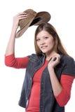Frau, die auf Hut sich setzt lizenzfreie stockfotografie