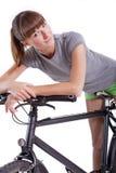 Frau, die auf ihrem Fahrrad stillsteht Lizenzfreie Stockfotografie
