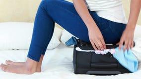 Frau, die auf ihrem Gepäck sitzt stock video