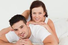 Frau, die auf ihrem Mann liegt Lizenzfreie Stockfotos