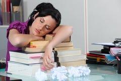 Frau, die auf ihren Büchern schläft Lizenzfreie Stockfotografie