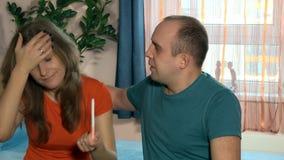 Frau, die auf ihrer Mannschulter schreit Paarneigung haben Baby stock video footage