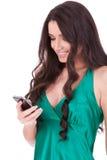 Frau, die auf ihrer Zelle texting ist lizenzfreie stockfotos