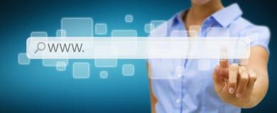 Frau, die auf Internet mit digitaler Tastwebadressestange surft Lizenzfreie Stockfotos